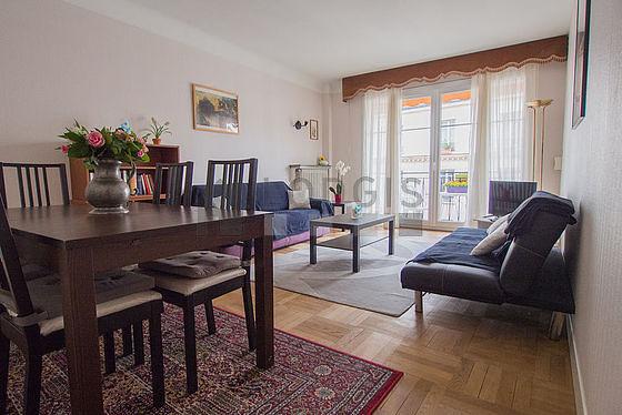 Séjour calme équipé de 2 canapé(s) lit(s) de 130cm, téléviseur, 4 chaise(s)