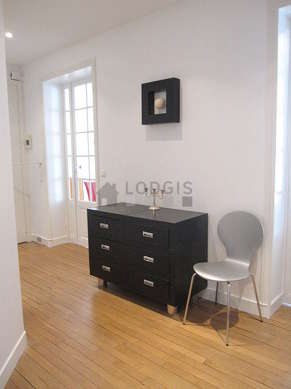 Very beautiful entrance with wooden floor and equipped with 5 chair(s)