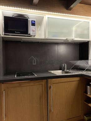 Cuisine dînatoire pour 4 personne(s) équipée de plaques de cuisson, réfrigerateur, vaisselle