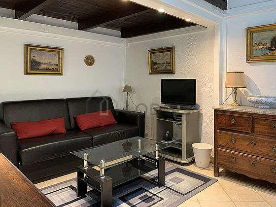 Séjour très calme équipé de 1 canapé(s) lit(s) de 140cm, table basse, commode, 2 chaise(s)