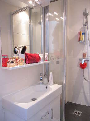 Salle de bain équipée de serviettes de bain