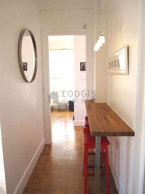 Belle salle à manger avec du parquet au sol pouvant accueillir jusqu'à 2 convives