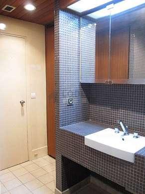 Salle de bain équipée de penderie, placard
