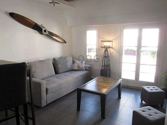 Séjour calme équipé de 1 canapé(s) lit(s) de 140cm, téléviseur, chaine hifi, 2 chaise(s)