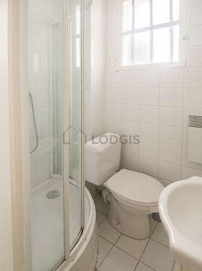 Salle de bain claire avec fenêtres et du carrelage au sol
