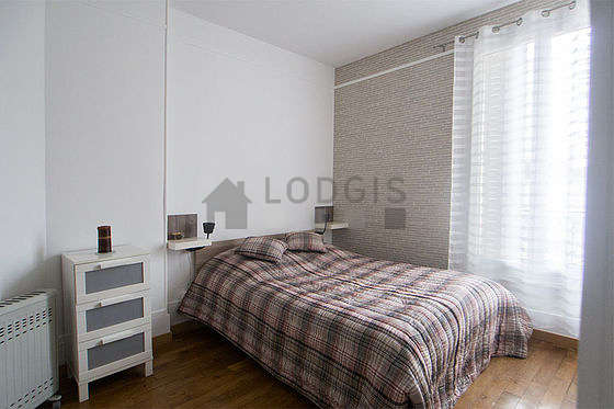 Bedroom of 10m² with its wooden floor