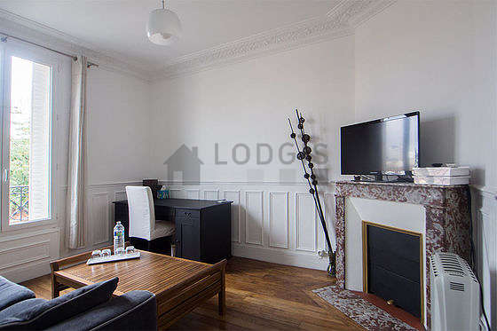 Living room of 12m² with its wooden floor