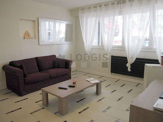 Séjour équipé de 1 canapé(s) lit(s) de 140cm, téléviseur, placard, 5 chaise(s)