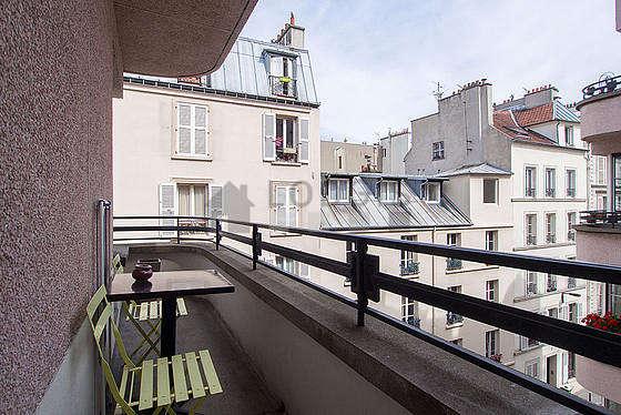 Terrasse exposée plein est et vue sur cour