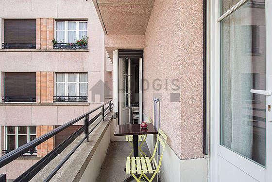 Terrasse calme et lumineuse avec du béton au sol