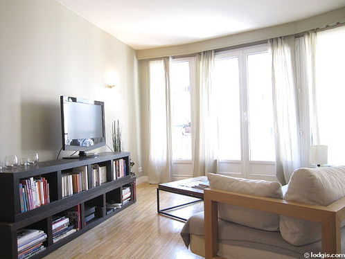 Living room furnished with tv, hi-fi stereo, storage space, 5 chair(s)