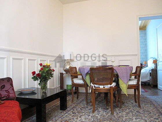 Séjour très calme équipé de téléviseur, chaine hifi, 1 fauteuil(s), 4 chaise(s)