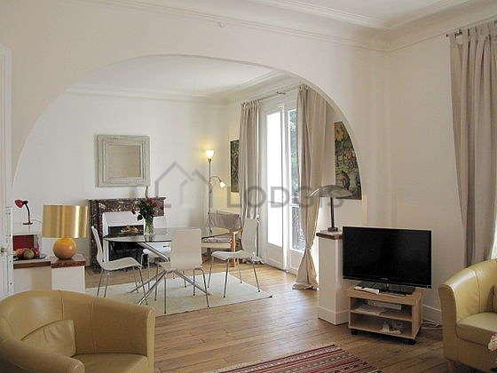 Séjour calme équipé de 1 canapé(s) lit(s) de 140cm, télé, 3 fauteuil(s), 4 chaise(s)