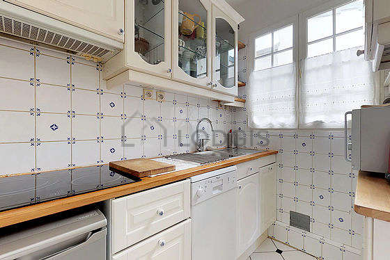 Beautiful kitchen of 10m² with tile floor