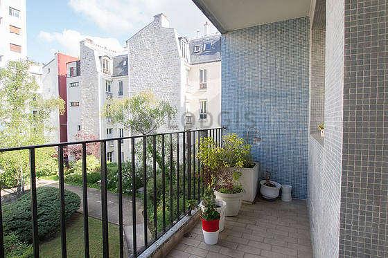 Terrasse calme et lumineuse avec du carrelage au sol