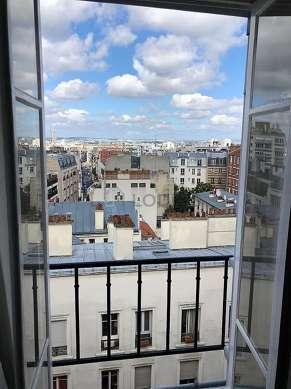Séjour avec fenêtres donnant sur rue