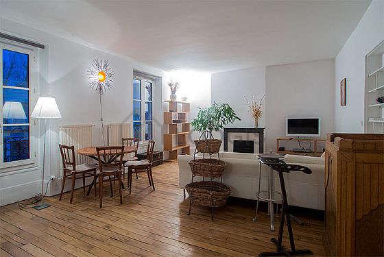 Séjour calme équipé de 1 canapé(s) lit(s) de 140cm, télé, chaine hifi, 4 chaise(s)