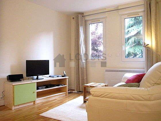 Séjour très calme équipé de 1 canapé(s) lit(s) de 140cm, téléviseur, chaine hifi, armoire