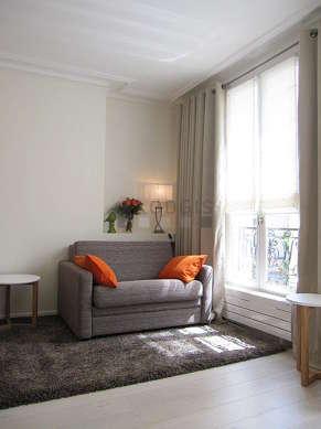 Alcôve très calme et très claire équipée de 1 canapé(s) lit(s) de 90cm, 1 lit(s) de 160cm, téléviseur, table basse