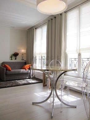 Séjour très calme équipé de table à manger, armoire, 2 chaise(s)