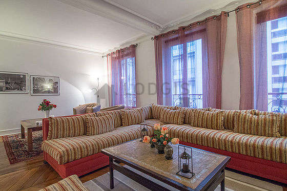 Séjour équipé de 1 canapé(s) lit(s) de 140cm, téléviseur, 2 fauteuil(s)