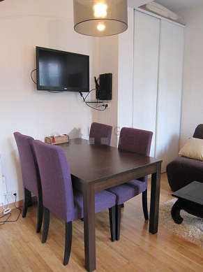 Séjour calme équipé de 1 canapé(s) lit(s) de 120cm, téléviseur, 1 fauteuil(s), 4 chaise(s)