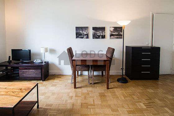 Salon très lumineux équipé de penderie, placard, 2 chaise(s)