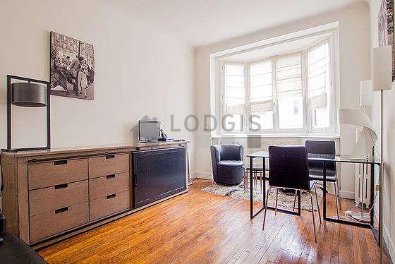 Séjour calme équipé de 1 canapé(s) lit(s) de 160cm, télé, 2 fauteuil(s), 2 chaise(s)