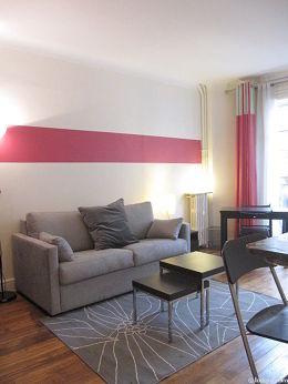 Salon lumineux équipé de placard, 2 chaise(s)
