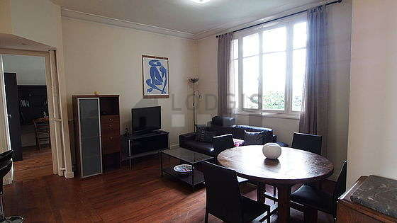 Séjour très calme équipé de téléviseur, placard, 4 chaise(s)