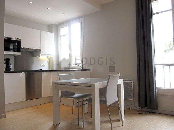 Séjour équipé de 1 canapé(s) lit(s) de 130cm, téléviseur, chaine hifi, 5 chaise(s)
