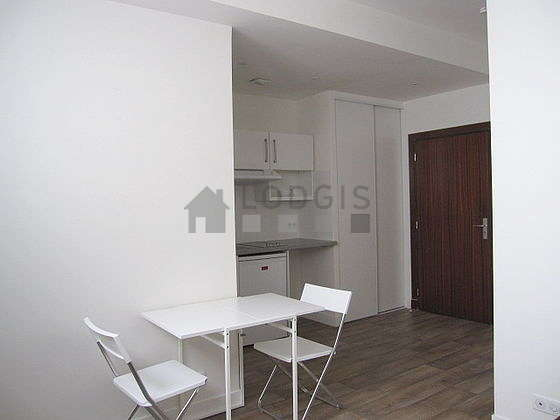 Very bright living room furnished with 2 chair(s)