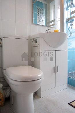 Belle salle de bain très claire avec fenêtres double vitrage et du linoleum au sol