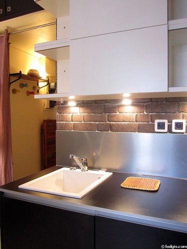 Cuisine équipée de plaques de cuisson, réfrigerateur, hotte