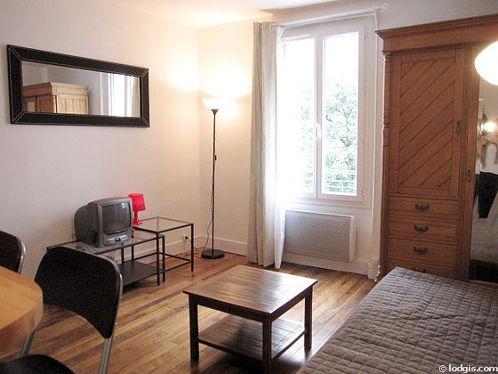 Séjour équipé de 1 canapé(s) lit(s) de 140cm, téléviseur, armoire