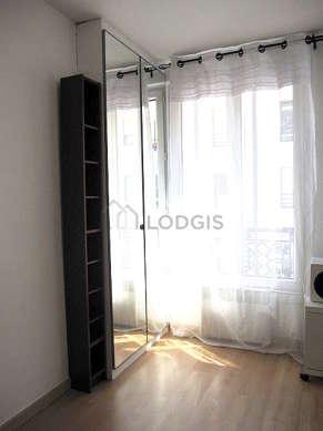 Alcôve calme et claire équipée de 1 lit(s) de 140cm, penderie, etagère