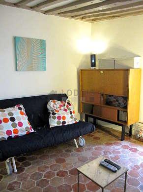Séjour calme équipé de 1 canapé(s) lit(s) de 140cm, télé, placard, 2 chaise(s)