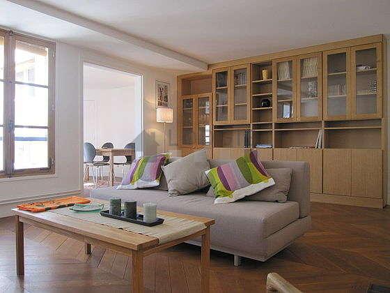 Séjour calme équipé de 1 canapé(s) lit(s) de 140cm, téléviseur, lecteur de dvd, 2 fauteuil(s)