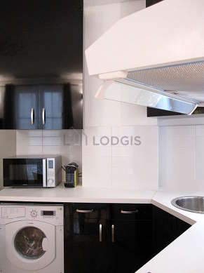 Cuisine équipée de lave linge, sèche linge, réfrigerateur, freezer