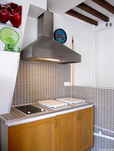 Cuisine dînatoire pour 4 personne(s) équipée de plaques de cuisson, réfrigerateur, hotte, vaisselle