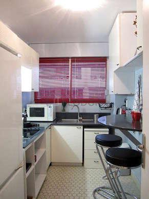 Cuisine dînatoire pour 2 personne(s) équipée de plaques de cuisson, réfrigerateur, vaisselle, tabouret