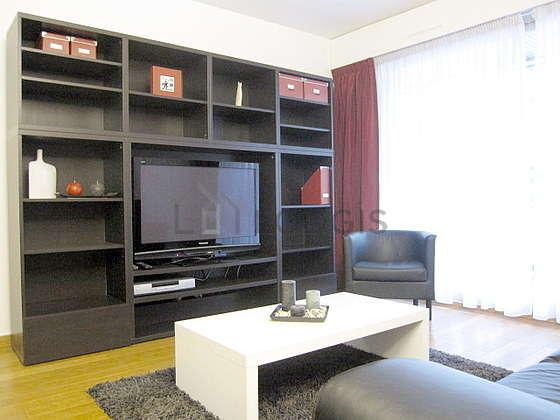 Séjour calme équipé de 1 canapé(s) lit(s) de 130cm, téléviseur, lecteur de dvd, 1 fauteuil(s)