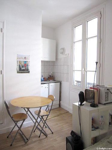 Séjour équipé de 1 lit(s) de 140cm, table à manger, armoire, 2 chaise(s)