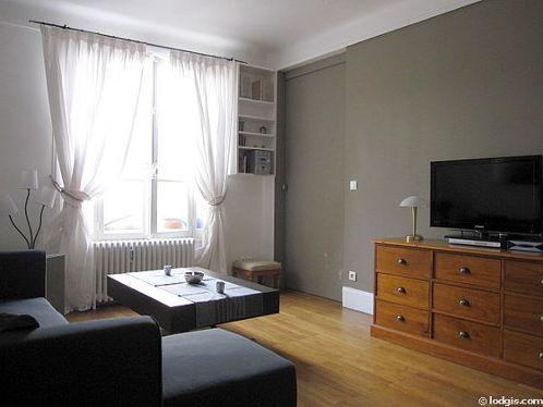 Séjour très calme équipé de téléviseur, chaine hifi, commode, 6 chaise(s)