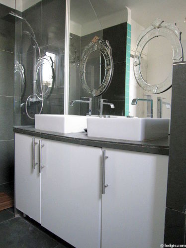 Belle salle de bain claire avec fenêtres et de l' ardoise au sol