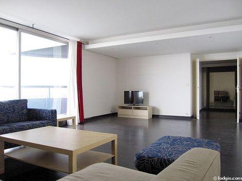 Séjour calme équipé de 1 canapé(s) lit(s) de 140cm, téléviseur, 1 fauteuil(s), 6 chaise(s)