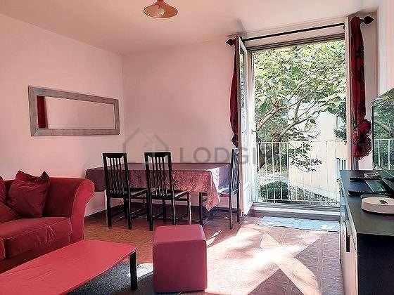 Séjour très calme équipé de téléviseur, penderie, placard, 4 chaise(s)