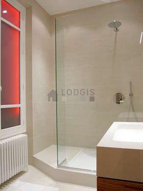 Salle de bain avec fenêtres double vitrage et du carrelage au sol