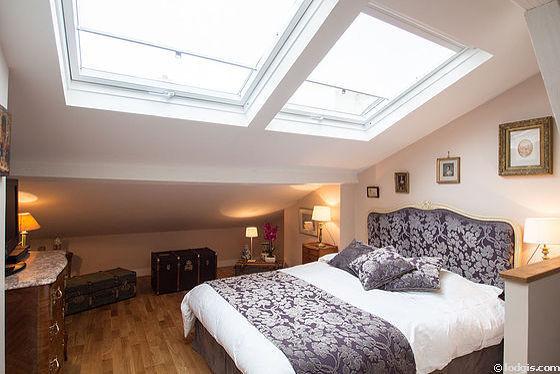 Chambre lumineuse équipée de air conditionné, téléviseur, 2 fauteuil(s), table de chevet