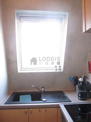 Cusine lumineuse avec fenêtres double vitrage donnant sur rue